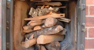 Укладка дров при розжиге в печи