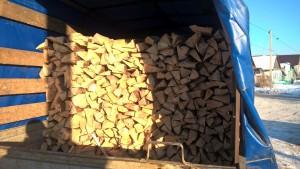 Колотые дрова уложенные в машине