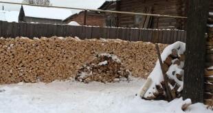 Уложенные дрова в паленнице